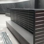 stojany a regály na prodejnu ze slatwall drážkového panelu