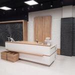 prodejní pulty pro stojany a regály na prodejnu ze slatwall drážkového panelu