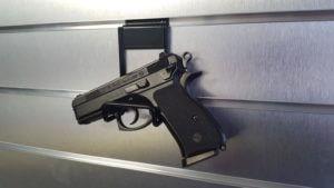 držák na zbraně a pistole